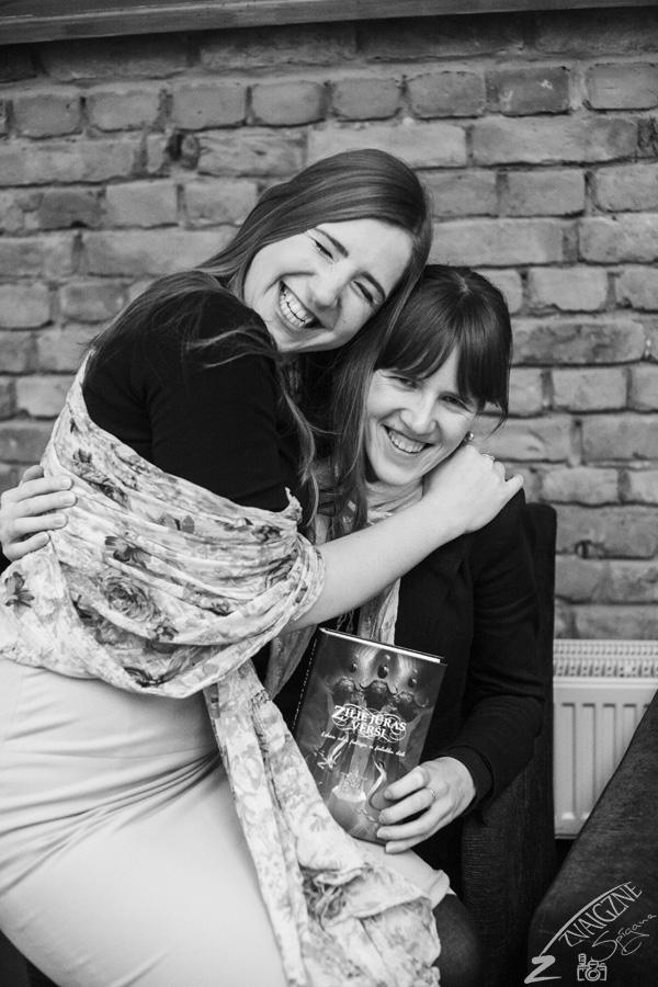 Māsas, kuras abas ir grāmatā iekļuvušo stāstu autores.