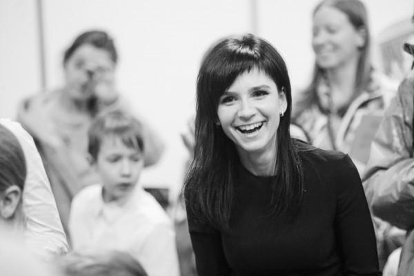 Ja autorus publiski apsveic dzimšanas dienā, viņi sāk starot. :) Rakstniece Evija Gulbe. Foto - Spīgana.