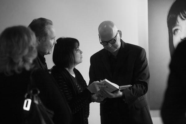 Aleksandrs Čak... piedodiet, autors Ivars Kleins sniedz autogrāfus